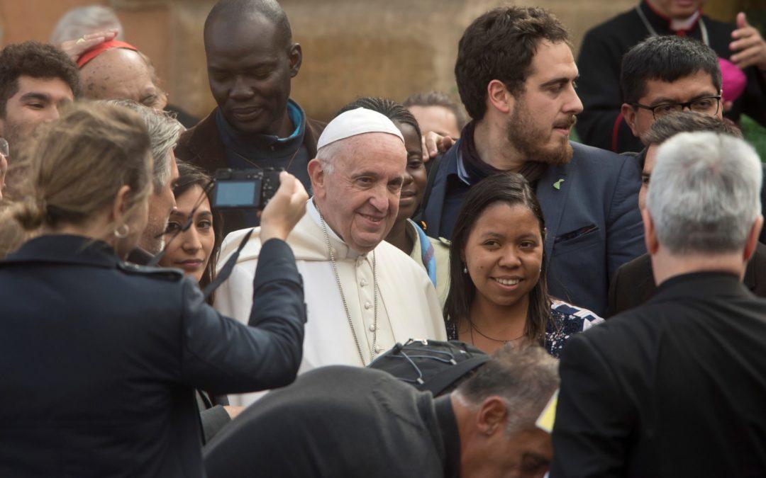 Vaticano: Papa assina exortação «Cristo Vive», propondo aos jovens a uma vida dedicada aos outros